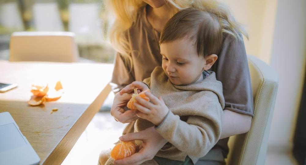 Beba jede naranču