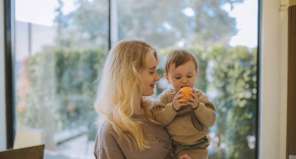 Beba drži naranču