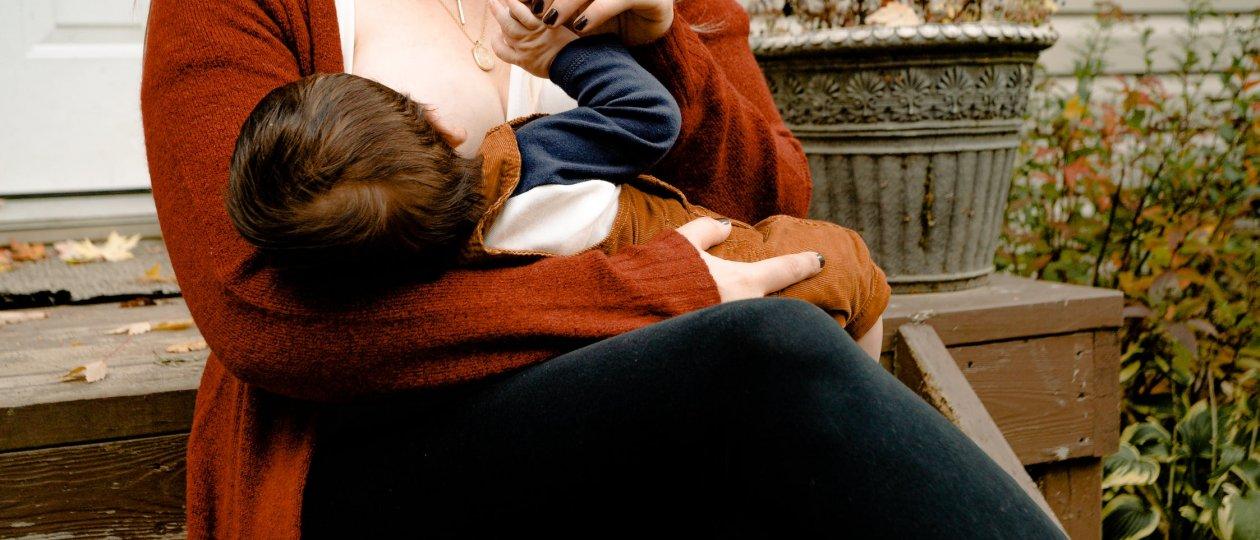 Majka doji bebu