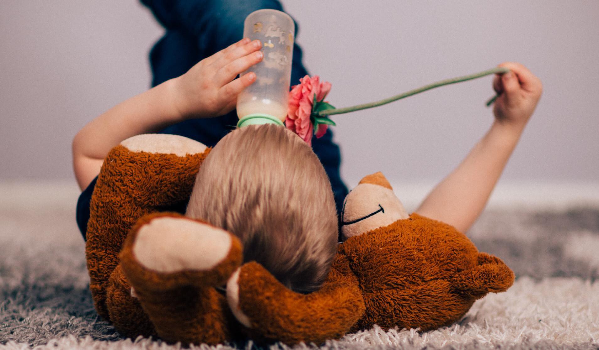 Dijete pije na bočicu