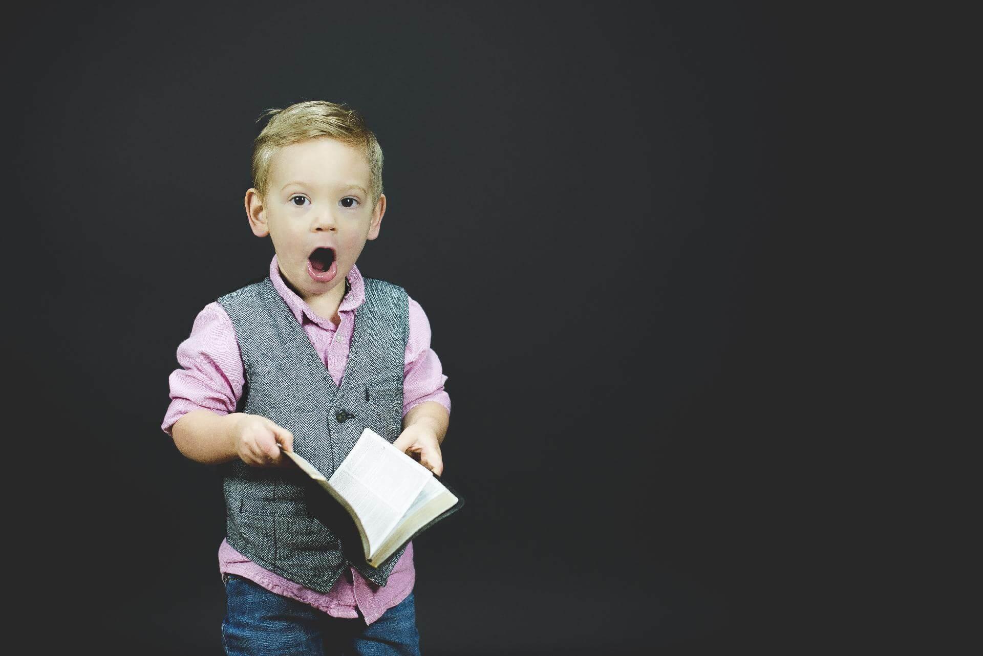 Dijete čita knjigu