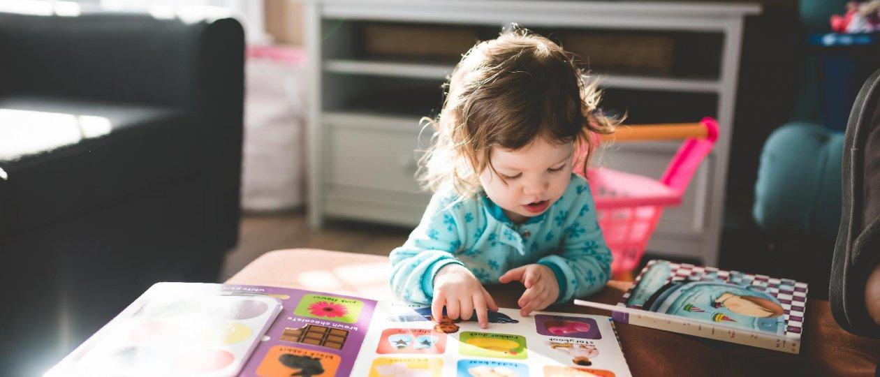 Dijete čita